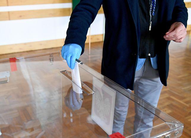 Wybory w czasach koronawirusa: jednorazowe długopisy, rękawiczki, maski.