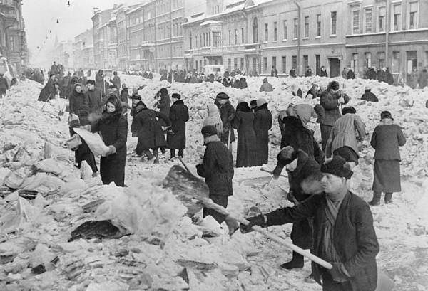 Mieszkańcy sprzątają miasto po pierwszej zimie oblężenia