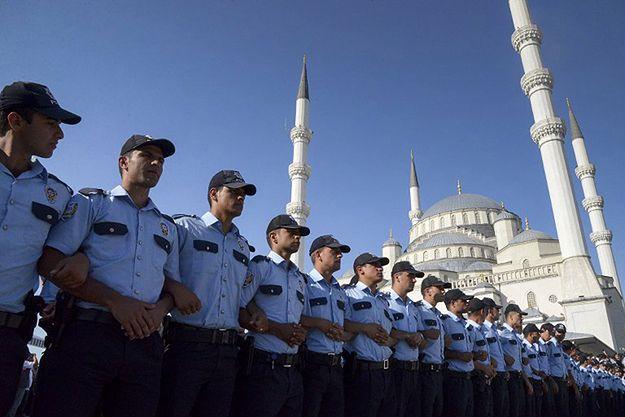 Po próbie zamachu stanu w Turcji zwolniono ze służby 8 tys. policjantów