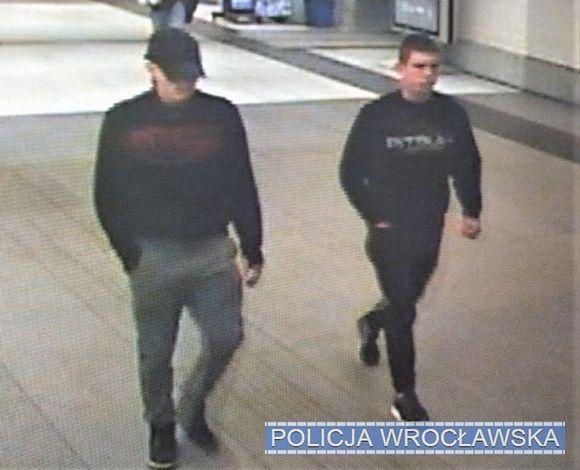 Wrocław. Znasz ich? Są poszukiwani przez policję w związku z rozbojem