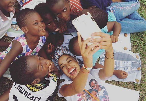Omenaa Mensah zorganizowała dla dzieci w Ghanie warsztaty z geografii, przyrody i języka angielskiego. Jej córka prowadzi też zajęcia sportowe