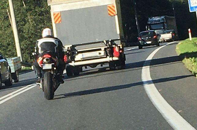 Wybryk motocyklisty został nagrany przez rejestrator w wyprzedzanym samochodzie