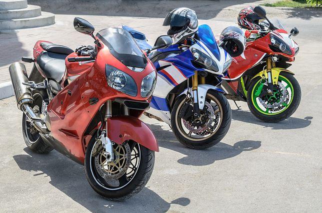 W niektórych miastach trzeba płacić za parkowanie motocykla.