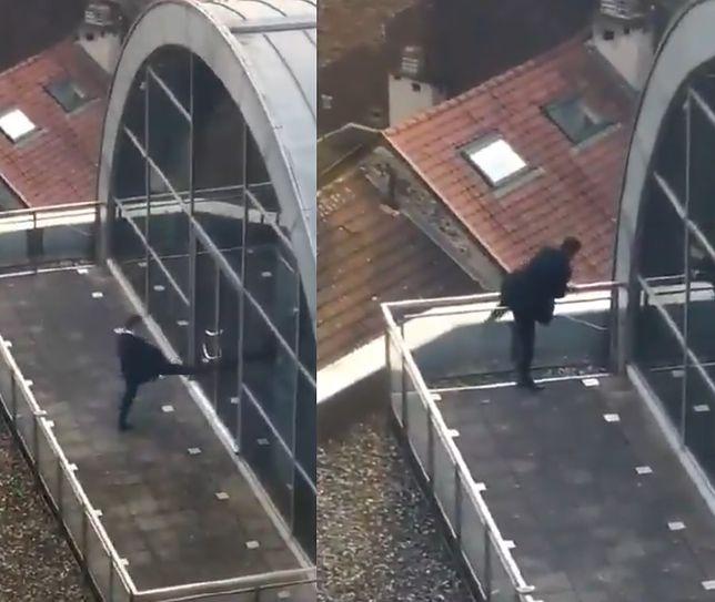 Europoseł PiS Grzegorz Tobiszowski próbuje wydostać się z tarasu