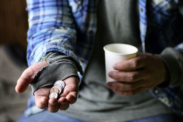 Bezdomny krakowianin konto założył po to, aby otrzymywać pieniądze od MOPS-u