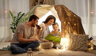 Zabawa z całą rodziną nie wymaga drogich zabawek - czasem wystarczy odrobina wyobraźni