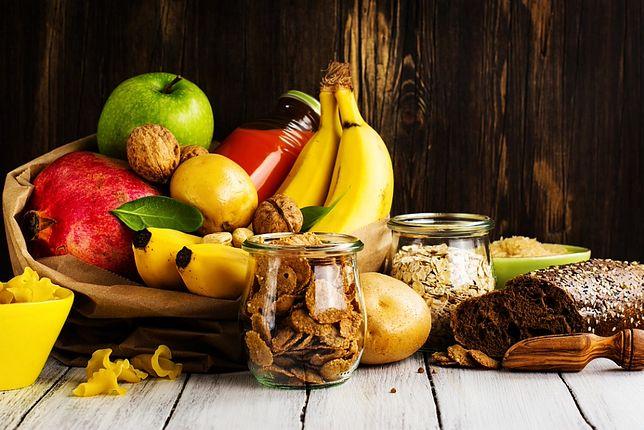 Najwięcej węglowodanów złożonych znajdziemy w owocach oraz pełnoziarnistym pieczywie