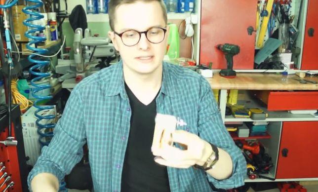 Dymitr Błaszczyk zwolniony z TVP po publikacji przez niego na YouTube testu prezerwatyw