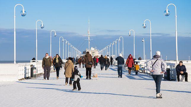 Sopockie molo zimą wcale nie pustoszeje. Wciąż znajdą się turyści, którzy przychodzą zobaczyć zachód słońca i posłuchać fal rozbijających się o słupy