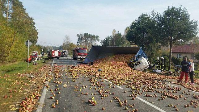 Wysypane z naczepy jabłka pokryły jezdnię