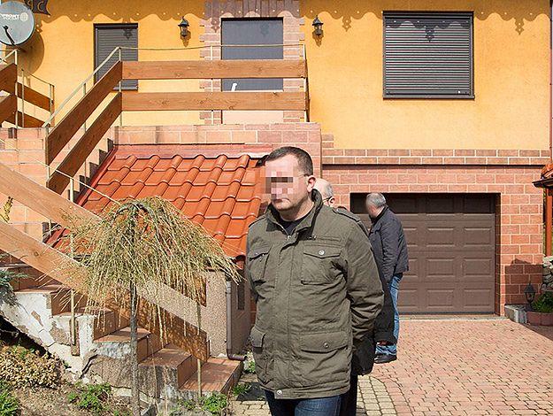 Dariusz P. przed domem w Jastrzębiu Zdroju, podczas prowadzonych na miejscu czynności policyjnych