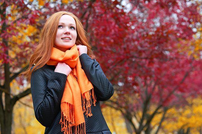 Miękki i kolorowy szal chętnie nosimy jako dodatek do ciemnych płaszczy i kurtek