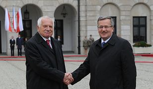 Vaclav Klaus i Bronisław Komorowski podczas oficjalnego powitania w Warszawie