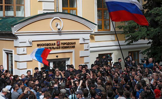 Rosja. Manifestacja przed budynkiem lokalnej komisji wyborczej.