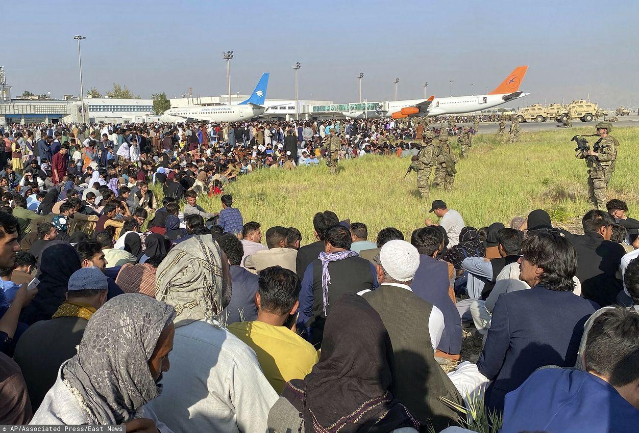 Tłumy Afgańczyków koczują na lotnisku w Kabulu, licząc, że uda im się uciec z kraju (AP/Associated Press/East News)