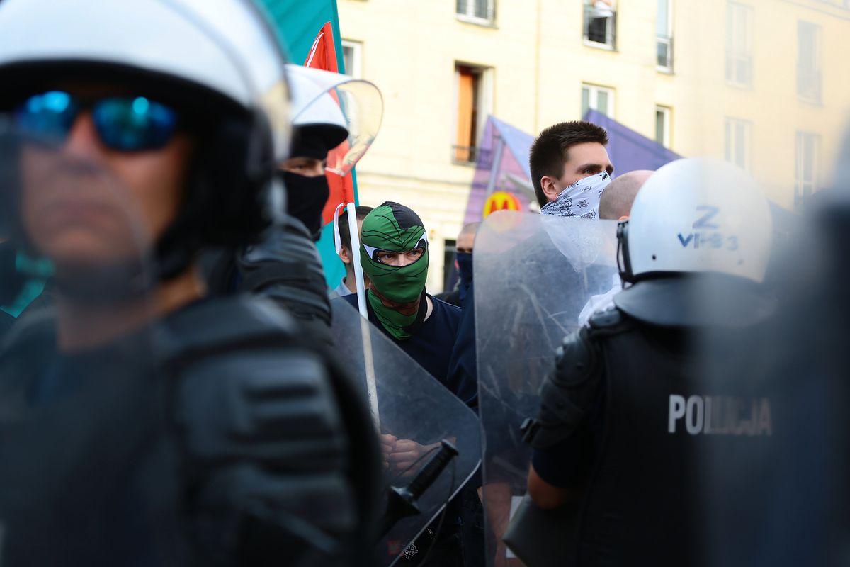 Marsz nacjonalistów w Warszawie. Policja zatrzymała mężczyznę, który miał na sobie koszulkę z symbolem SS