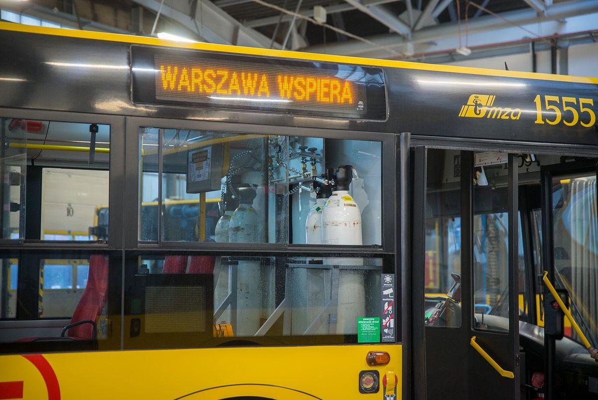 Warszawa. Dwa autobusy przystosowane do przewozu pacjentów stoją w zajezdni