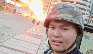 Tajlandia. Sierżant Jakraphanth Thomma strzelaninę w Nakhon Ratchasima relacjonował w swoich mediach społecznościowych.