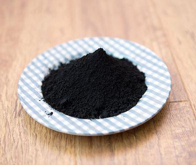 Aktywny węgiel poza zastosowaniem w medycynie posiada wiele właściwości pielęgnacyjnych, dlatego jest częstym składnikiem kosmetyków