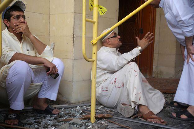 Mężczyźni reagują na atak bombowy w Kuwejcie