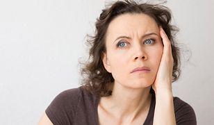 Kobieta złości się na współpracownicę, która poszła na zwolnienie.