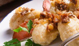 Szare kluski najlepiej smakują ze skwarkami z boczku i przysmażoną cebulką.