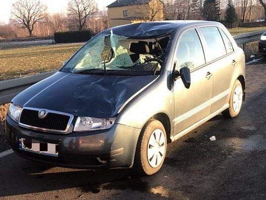 Bryła lodu rozbiła szybę i poważnie raniła twarz kierującej autem