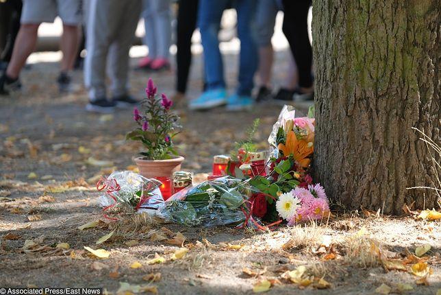Mieszkańcy ustawiają znicze i kładą wiązanki kwiatów w miejscu, gdzie doszło do tragedii