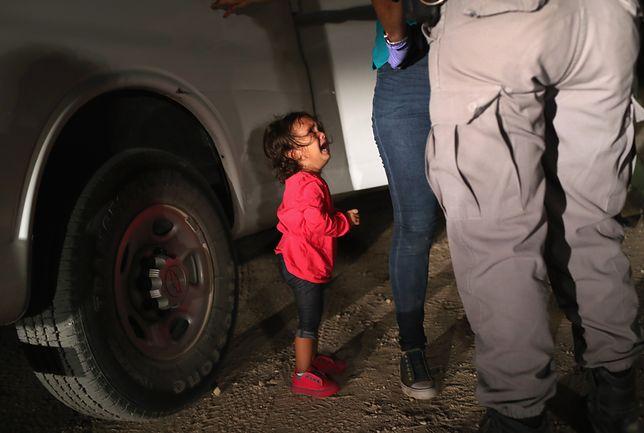 Zdjęcie zrobiono ok. godz. 23. Dziewczynka płakała ze zmęczenia