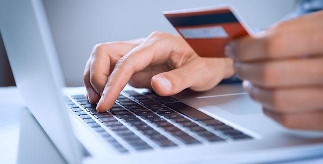 Co możesz zyskać, płacąc kartą płatniczą zamiast gotówki