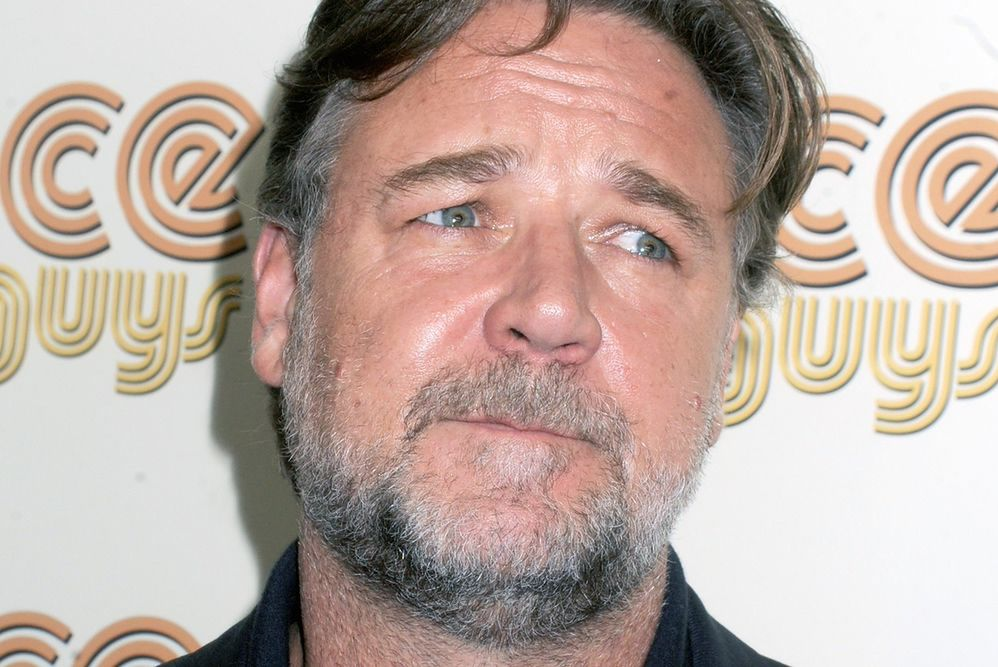 """Russell Crowe w nowym serialu HBO. Jak wygląda aktor w """"Na cały głos""""?"""