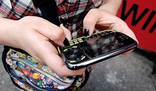 Nie wiemy do kogo należy rekord w ilości wysłanych SMS, ale na pewno blisko jego ustanowienia była 13 –latka z Kalifornii, która w ciągu zaledwie jednego miesiąca wysłała prawie 15 tysięcy SMS-ów, a dokładnie 14 528. Daje to około 484 SMS-ów dziennie! Na szczęście dla jej rodziców dziewczynka korzystała z abonamentu, gwarantującego jej brak opłat, za nieograniczoną liczbę  wiadomości. W innym wypadku rachunek za telefon mógł wynieść nawet 3 tysiące dolarów.