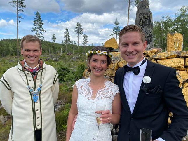 Koronawirus. Nietypowy ślub na granicy Szwecji i Norwegii. Na zdjęciu młoda para
