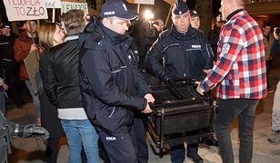 """Policjanci konfiskują sprzęt do wyświetlania filmu """"Tylko nie mów nikomu"""""""