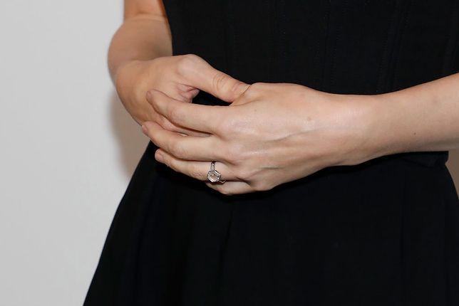 Pierścionek zaręczynowy potrafi zaskoczyć kształtem lub wzorem