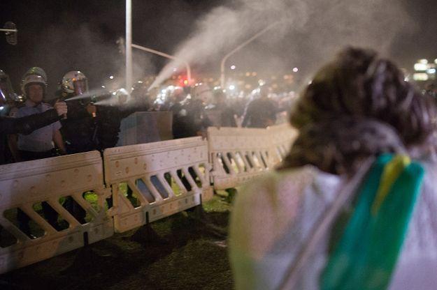 Policjanci zabezpieczający okolice brazylijskiego parlamentu