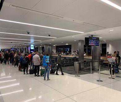 Lotnisko w Sydney. Pasażerowie czekają na odprawę przed odlotem do Warszawy
