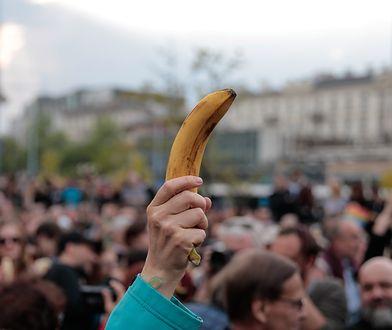 Happening Jedzenie Bananów przed Muzeum Narodowym