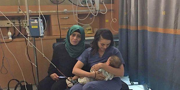 Żydowska pielęgniarka karmi dziecko palestyńskiej kobiety. Miłość matki nie zna wojen!