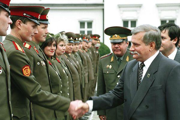 Prezydent Lech Wałęsa żegna rosyjskich żołnierzy na dziedzińcu Belwederu 17.09.1993 roku.
