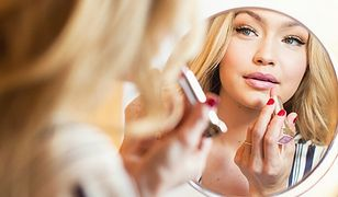 Chcesz być bardziej zadowolona z tego, jak wyglądasz? Spędzaj mniej czasu przed lustrem!