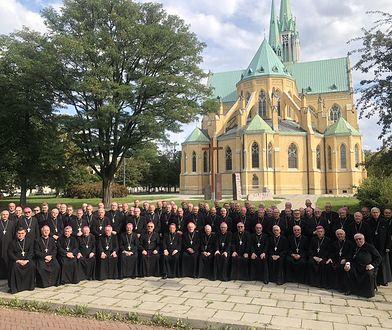 Koronawirus w Polsce. Biskupi bez maseczek i dystansu. Episkopat tłumaczy