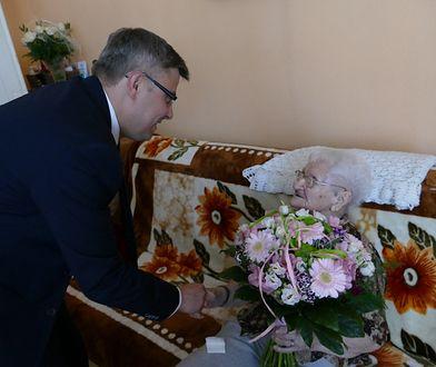 Wojewoda śląski Jarosław Wieczorek składa życzenia najdłużej żyjącej Polce Tekli Juniewicz