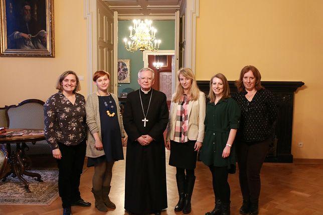 Abp Marek Jędraszewski i z pracowniczkami biura prasowego