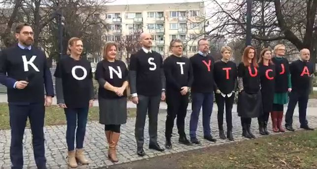 """Sędziowie utworzyli napis """"Konstytucja"""""""