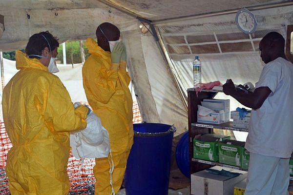 Medycy ze stowarzyszenia Lekarze bez Granic w miejscowości Konakry w Liberii