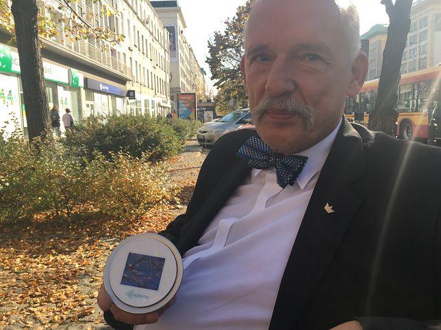 Janusz Korwin-Mikke z urządzeniem do pomiaru smogu