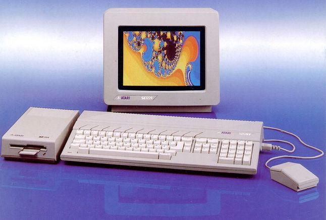Atari 520ST ze stacją dysków i kolorowym monitorem.