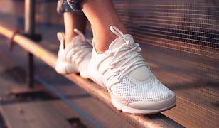 Białe sneakersy będą świetnym wyborem na wiosnę