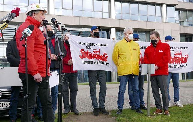 Śląskie. Związkowcy z Grupy Tauron protestowali w centrum Katowic w pobliżu głównej siedziby spółki.